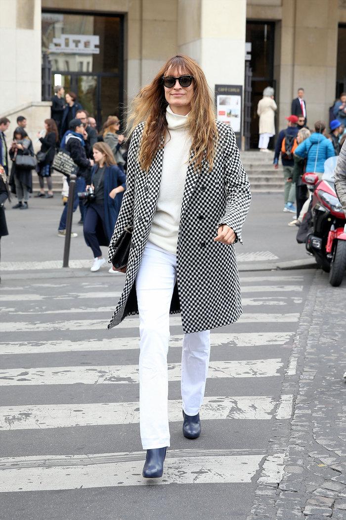 Λευκό παντελόνι, λευκό πουλόβερ συνδυασμένο με παλτό με pattern