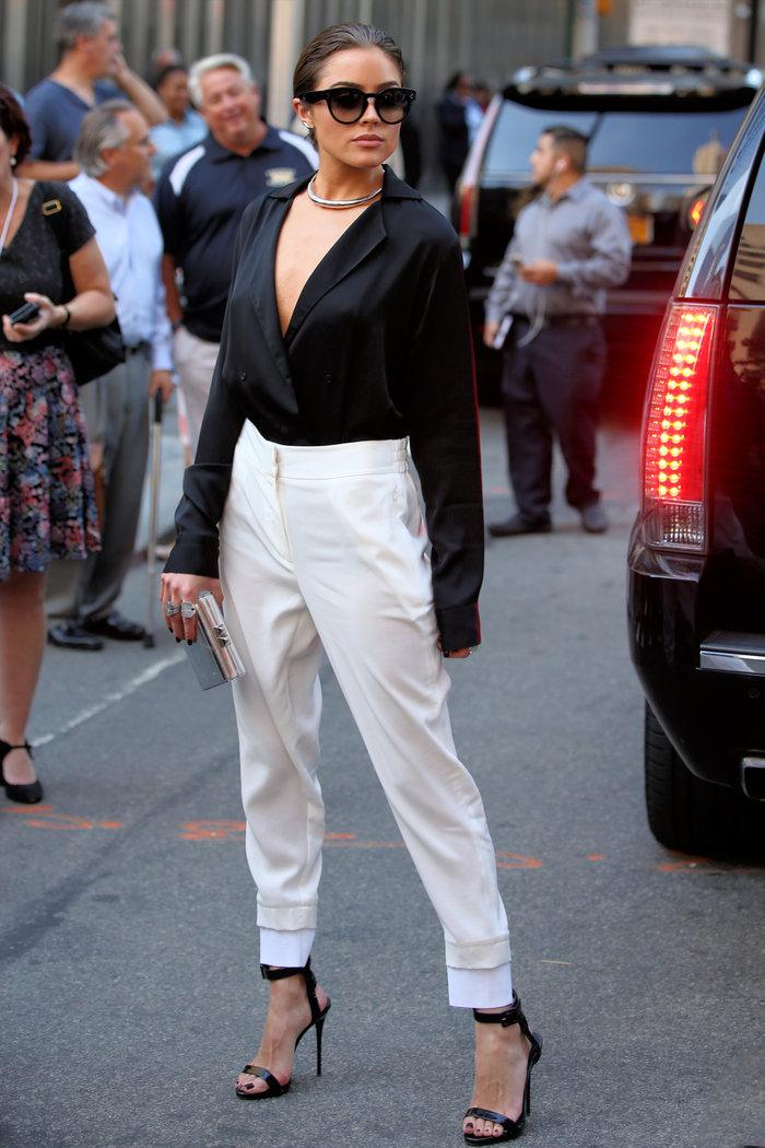 Ψηλόμεσο παντελόνι με πιέτες και γυριστό βολάν, συνδυασμένο με μεταξωτό oversized πουκάμισο, ιδανικό για βραδινή εμφάνιση.