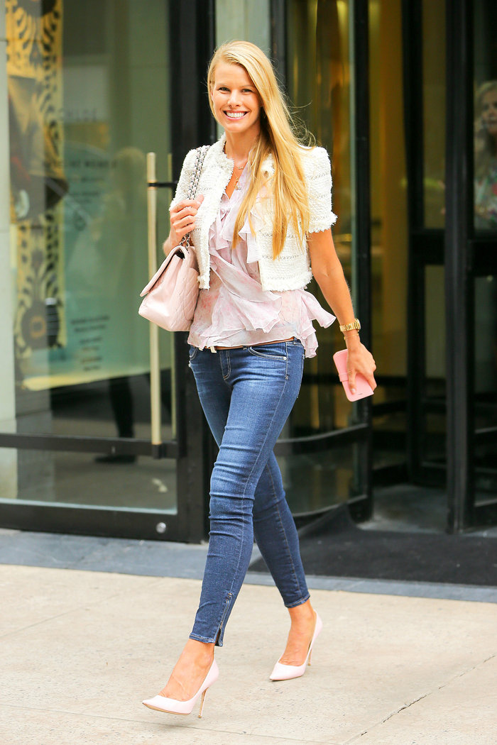 Skinny τζιν με χαλαρό τοπ και κοντό σακάκι, που δίνει ύψος ιδανικό για απογευματινή έξοδο ή για το γραφείο.