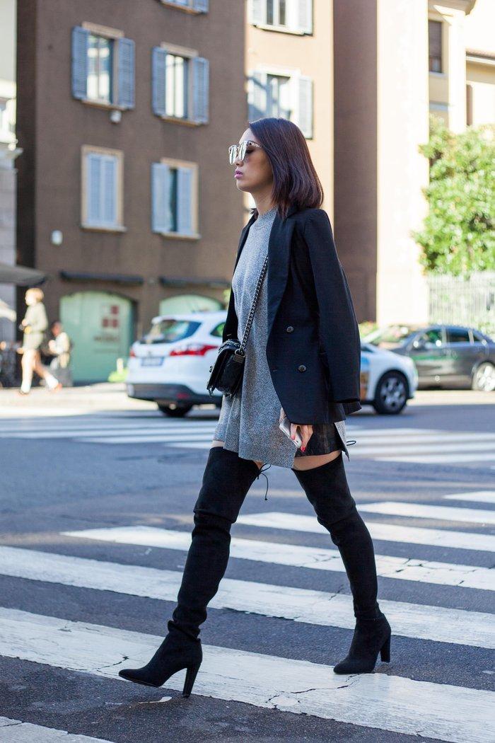 Ψηλές μπότες στο ύψος του μηρού και oversized φόρεμα συνδυασμένο με μακρύ σακάκι. Ιδανικό για απογευματινή ή βραδινή έξοδο.