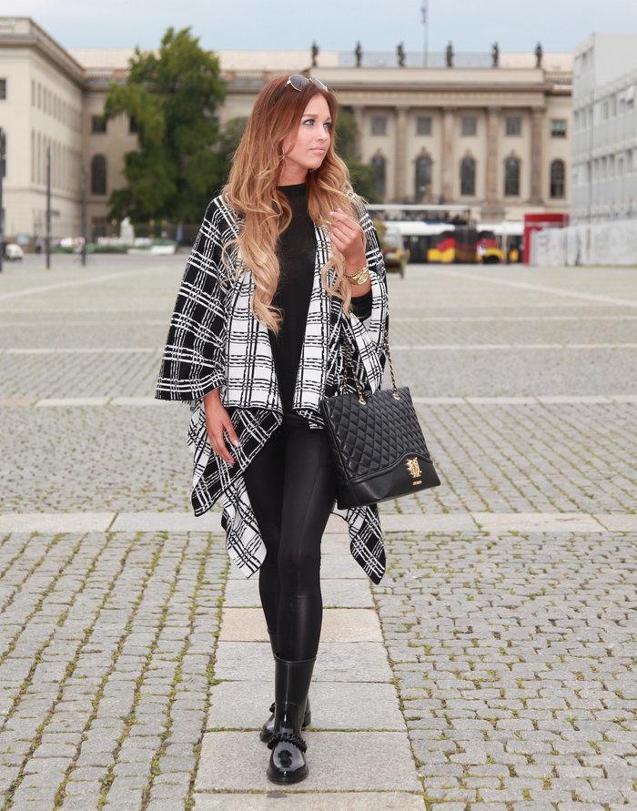 Δερμάτινο κολάν, μαύρο τοπ και κάπα με διπλή όψη που δίνει κίνηση και όγκο στο ντύσιμο.
