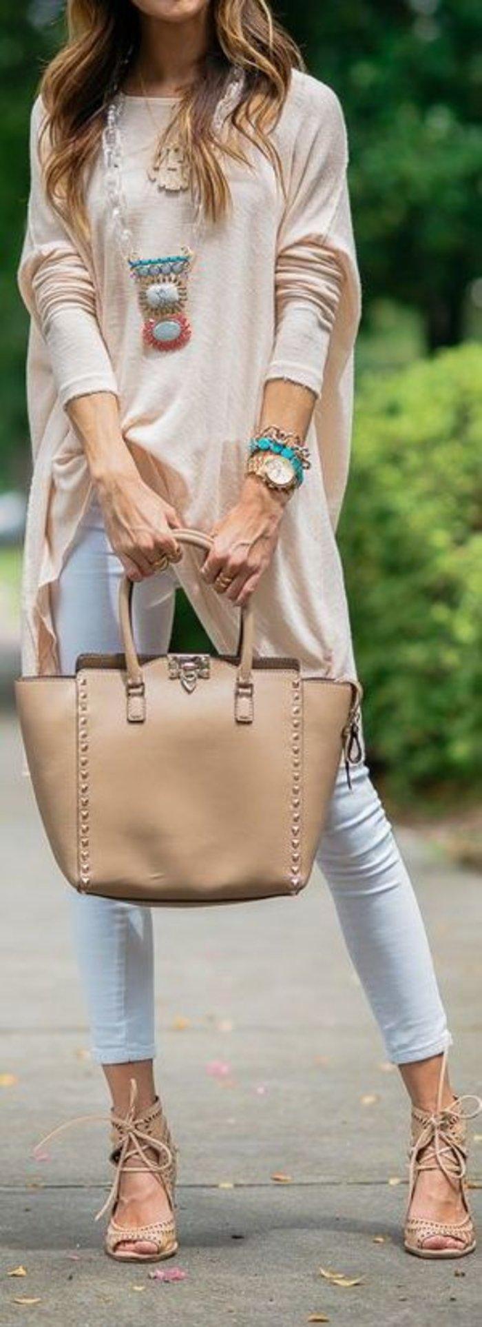 Skinny τζιν και oversized μπλούζα με ασύμμετρα τελειώματα. Τα έντονα αξεσουάρ δίνουν όγκο στο ντύσιμο.