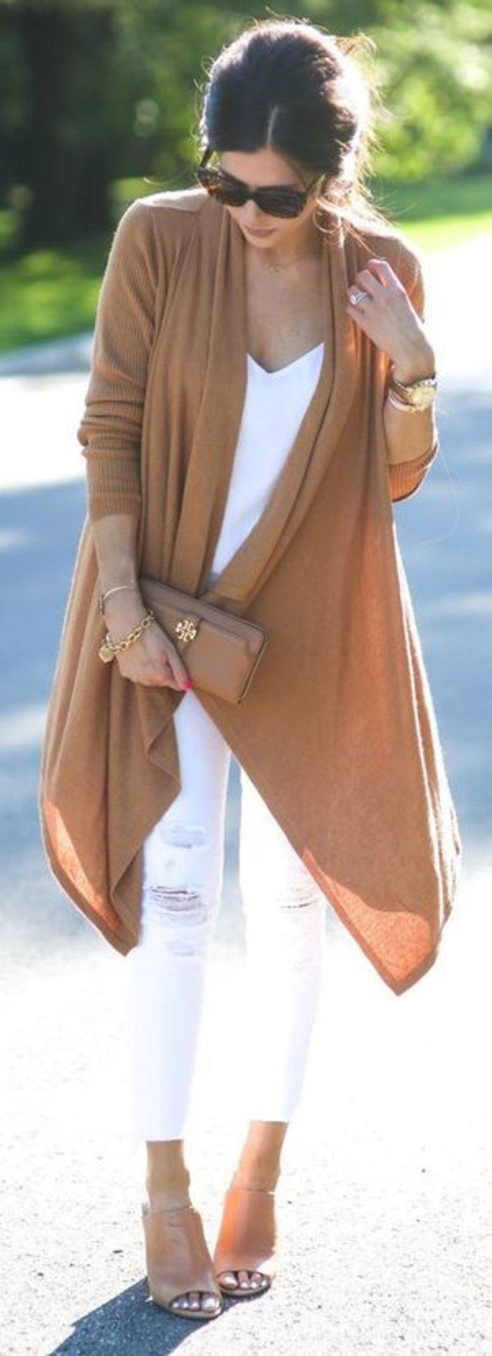 Ο ιδανικός συνδυασμός λευκού και καμηλό. Ένας απλός συνδυασμός που δίνει αέρα και κίνηση στο ντύσιμο σας.