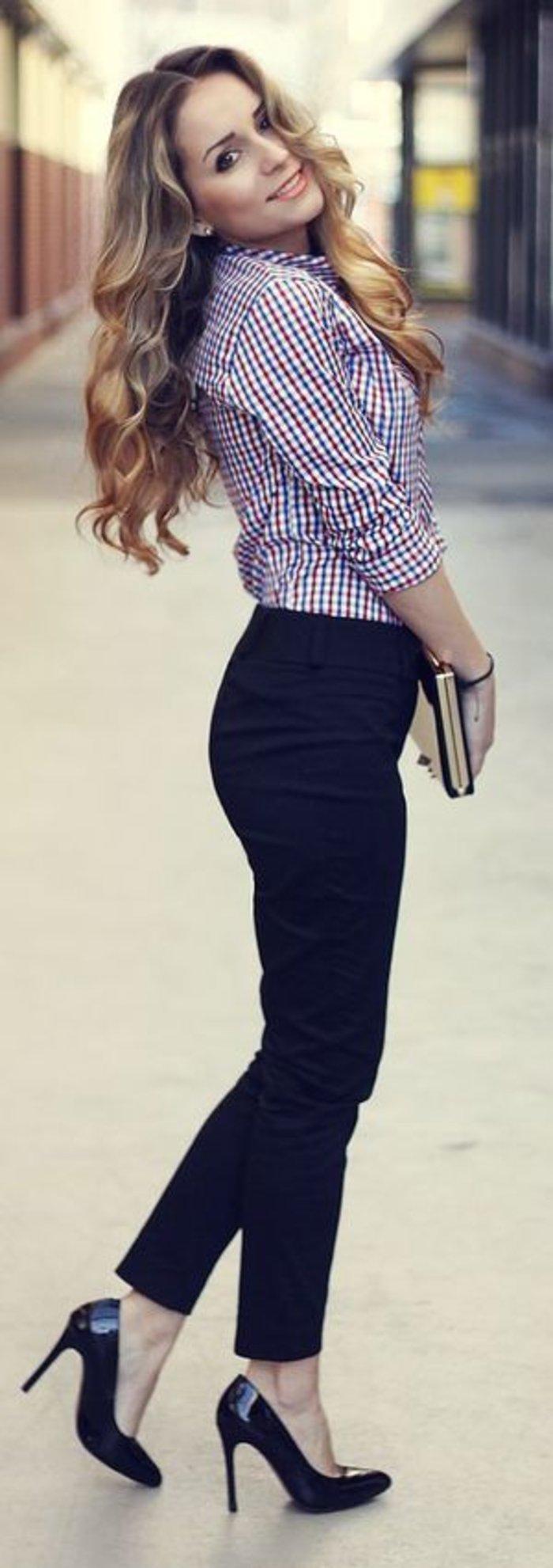 Business look! Ψηλόμεσο παντελόνι και μεσάτο πουκάμισο, συνδυασμένα με ψηλές γόβες.