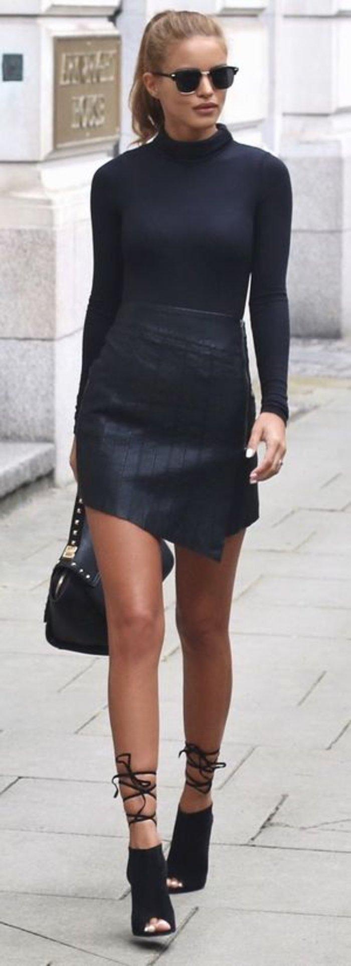 Ψηλόμεση κοντή φούστα συνδυασμένη με μπλούζα ζιβάγκο. Αυστηρό και σέξι, ιδανικό για βραδινή έξοδο.