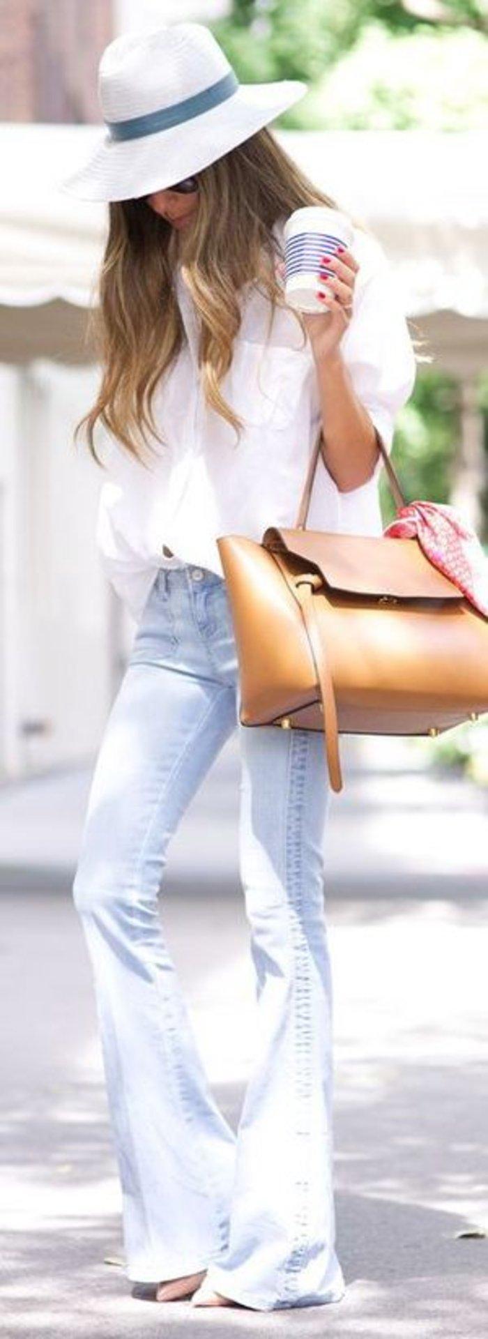 Στενό τζιν καμπάνα συνδυασμένο με oversized πουκάμισο. Ιδανικό για πρωινό καφέ ή για casual Friday στο γραφείο, συνδυασμένο με μεγάλη τσάντα.