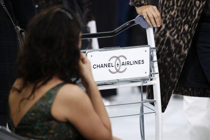 Μέχρι και καροτσάκια με το λογότυπο Chanel Airlines επιστρατεύτηκαν