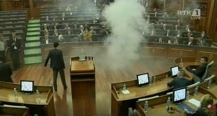 Βουλευτής ρίχνει δακρυγόνο μέσα στη Βουλή του Κοσόβου (βίντεο)