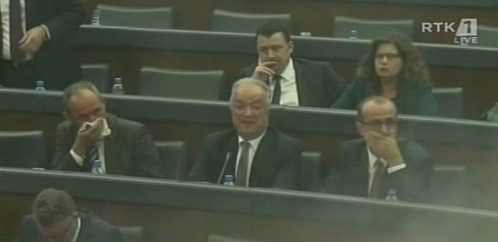 Βουλευτής ρίχνει δακρυγόνο μέσα στη Βουλή του Κοσόβου (βίντεο) - εικόνα 2