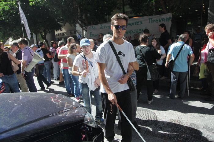 Διαμαρτυρία της Εθνικής Ομοσπονδίας Τυφλών έξω από το ΥΠΟΙΚ
