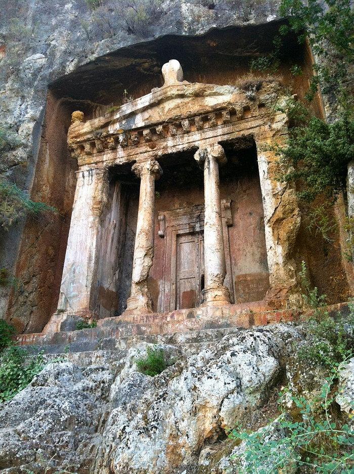 Προκλητική αδιαφορία: Τάφοι 2500 ετών έγιναν σκουπιδότοποι στην Τουρκία