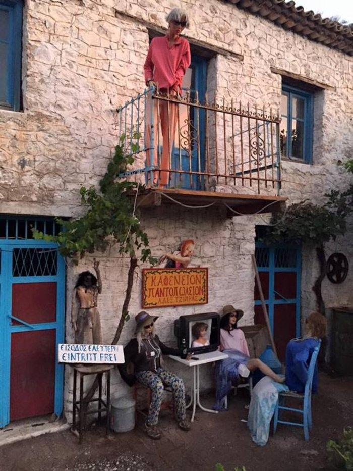 Το «στοιχειωμένο» ελληνικό χωριό όπου ζουν μόνο κούκλες!