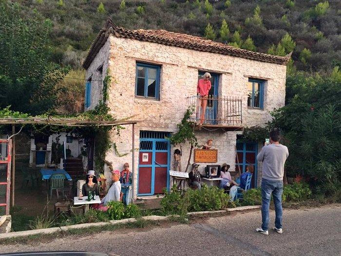 Το «στοιχειωμένο» ελληνικό χωριό όπου ζουν μόνο κούκλες! - εικόνα 4