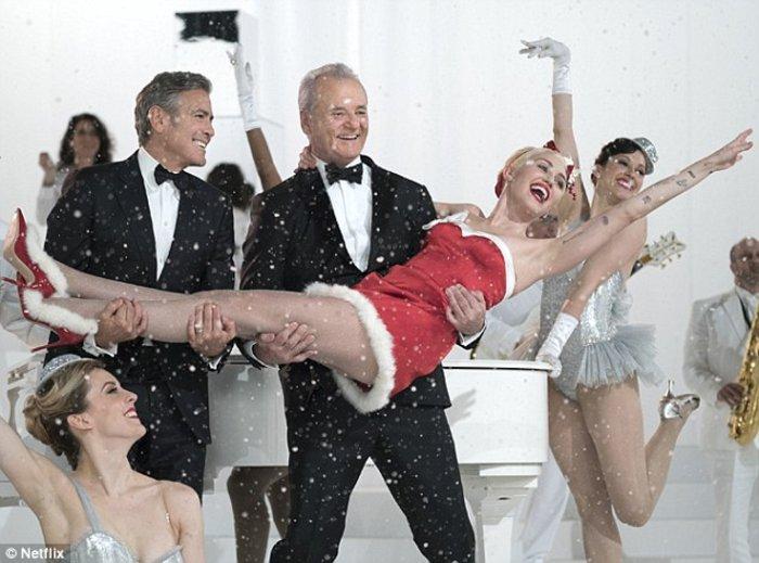 Τα πόδια της Μάιλι Σάιρους στα ....χέρια του Τζορτζ Κλούνεϊ!
