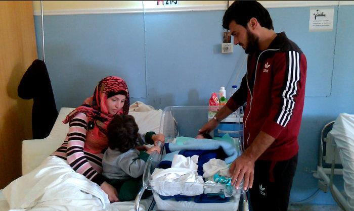 Συγκίνηση: Νεαρή πρόσφυγας γεννά στην ακτή της Λέσβου - εικόνα 3