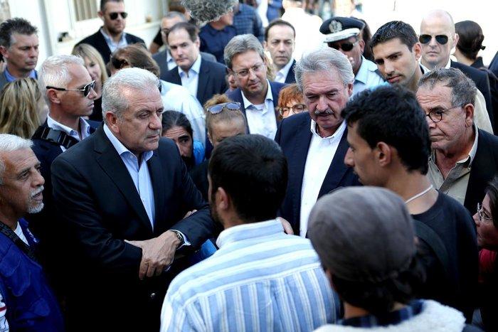 Ο Δ.Αβραμόπουλος και αξιωματούχοι της Ε.Ε βλέπουν το δράμα στη Λέσβο - εικόνα 4