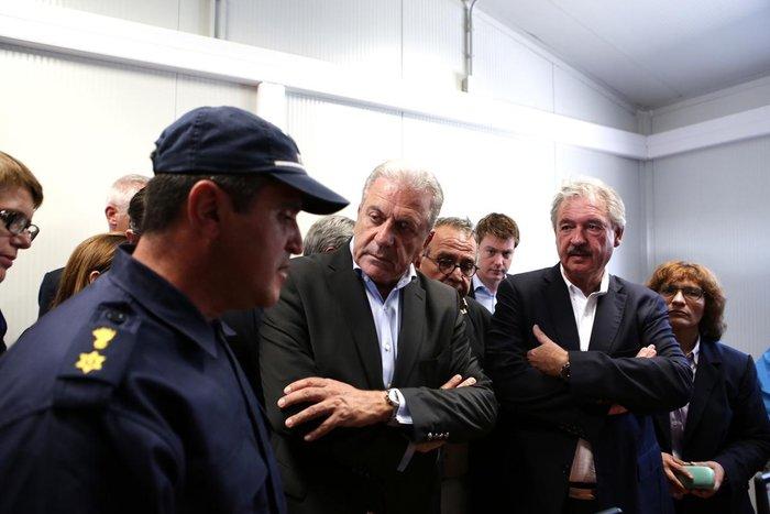 Ο Δ.Αβραμόπουλος και αξιωματούχοι της Ε.Ε βλέπουν το δράμα στη Λέσβο - εικόνα 5