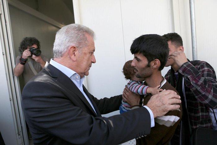 Ο Δ.Αβραμόπουλος και αξιωματούχοι της Ε.Ε βλέπουν το δράμα στη Λέσβο - εικόνα 2