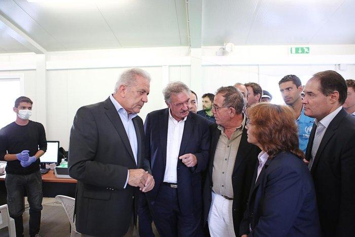 Ο Δ.Αβραμόπουλος και αξιωματούχοι της Ε.Ε βλέπουν το δράμα στη Λέσβο