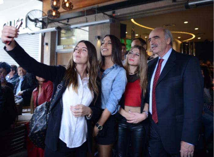 Υπέκυψε και ο Μεϊμαράκης στον πειρασμό των selfies με δροσερές κοπέλες - εικόνα 2