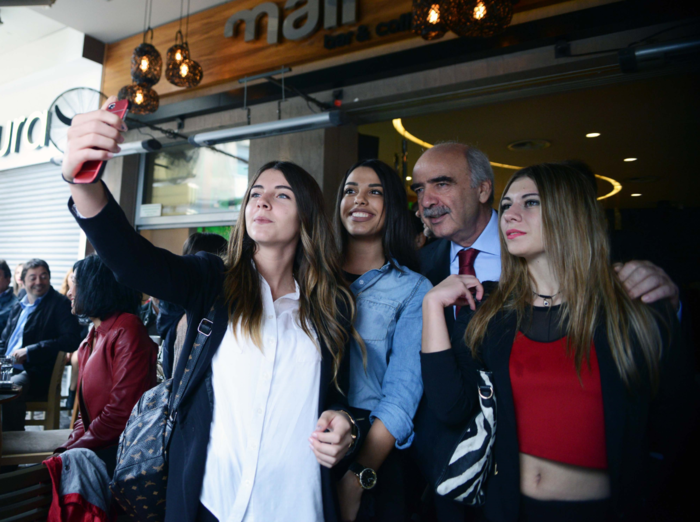 Υπέκυψε και ο Μεϊμαράκης στον πειρασμό των selfies με δροσερές κοπέλες
