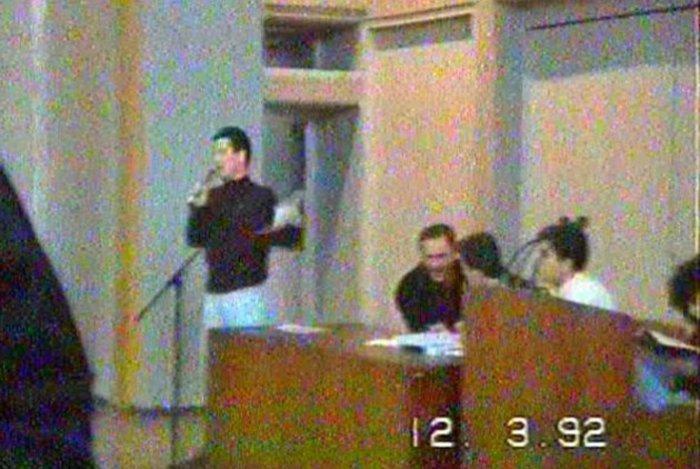 Η πρώτη δημόσια εμφάνιση του σημερινού υποψήφιου αρχηγού της Ν.Δ. πραγματοποιήθηκε στις 12 Μαρτίου 1992, σε μια γενική συνέλευση των φοιτητών της Φιλοσοφικής για το Μακεδονικό.