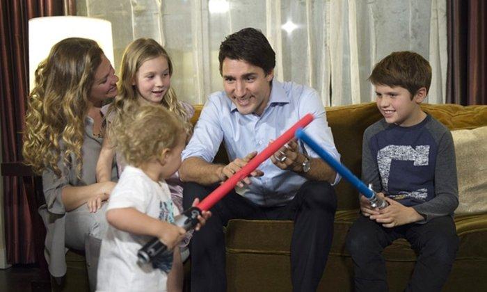 Με τη γυναίκα του Σοφία και τα παιδιά του, ενώ παρακολουθεί τα αποτελέσματα των εκλογών στο σπίτι του στο Μόντρεαλ
