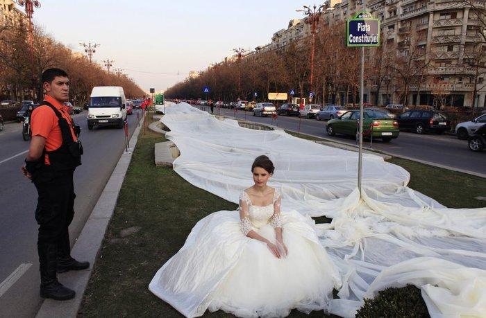 Η νύφη με τη μακρύτερη ουρά σε νυφικό είναι από τη Ρουμανία
