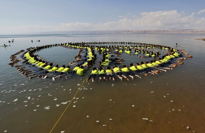 261 άτομα έκαναν το ρεκόρ των περισσότερων ανρθώπων που μπορούν να επιπλέουν στη θάλασσα και μάλιστα σε σχηματισμό. Ολα αυτά στη Νεκρά θάλασσα, στην Ιορδανία