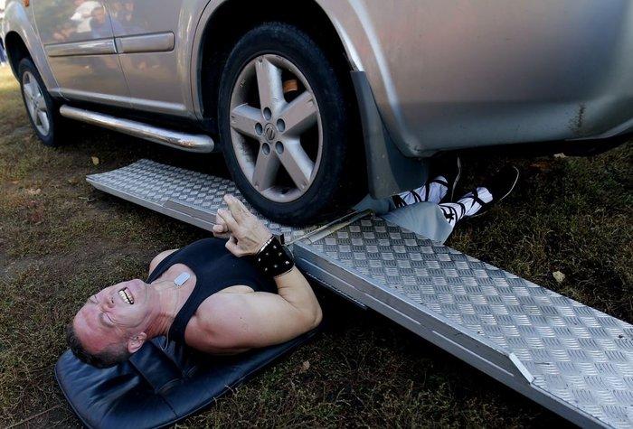 Και το πιο... επώδυνο ρεκόρ: Ο Attila Banyai σήκωσε ένα όχημα 4Χ4 σε φεστιβάλ της Βουδαπέστης