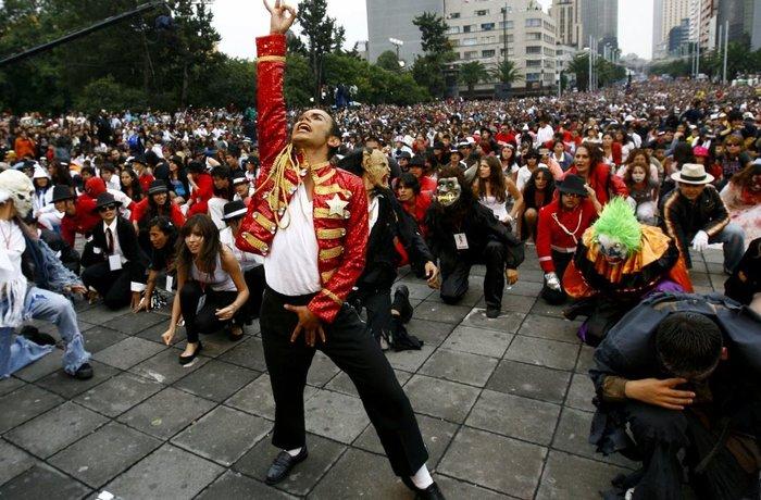 Φαν του Μάικλ Τζάκσον -13.000 στον αριθμό- χόρευαν όλοι μαζί το Thriller την ημέρα γενεθλίων του μεγάλου σταρ