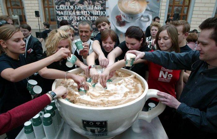 Λάτρεις του καφέ στη Ρωσία σπάνε το ρεκόρ του μεγαλύτερου καπουτσίνο: 4.250 λίτρα!