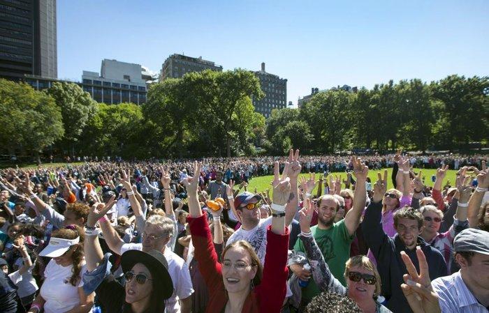 Χιλιάδες κόσμου συγκεντρώθηκαν στο Central Park της Ν. Υόρκης, σχηματίζοντας με τα χέρια τους το V της Ειρήνης, την ημέρα της 75ης επετείου από τη γέννηση του Τζον Λένον