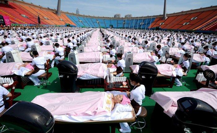 1.000 πελάτες κάνουν μασάζ προσώπου στο Αθλητικό Κέντρο της Κίνας. Χαλαρωτικό ρεκόρ!