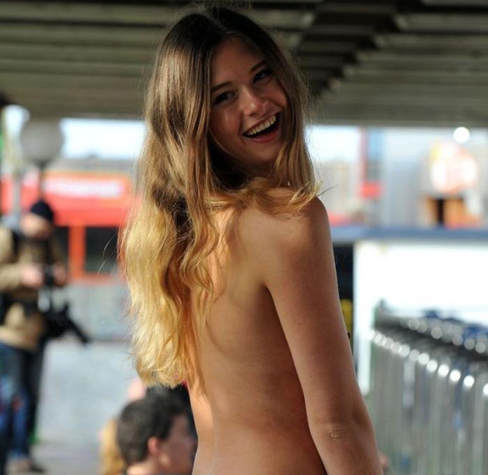 Βρετανία: Μπήκαν... γυμνοί και τολμηροί στο τρενάκι του λούνα παρκ - εικόνα 2