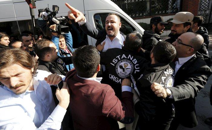 Εισβολή της τουρκικής αστυνομίας on air σε δύο τηλεοπτικά δίκτυα - εικόνα 3