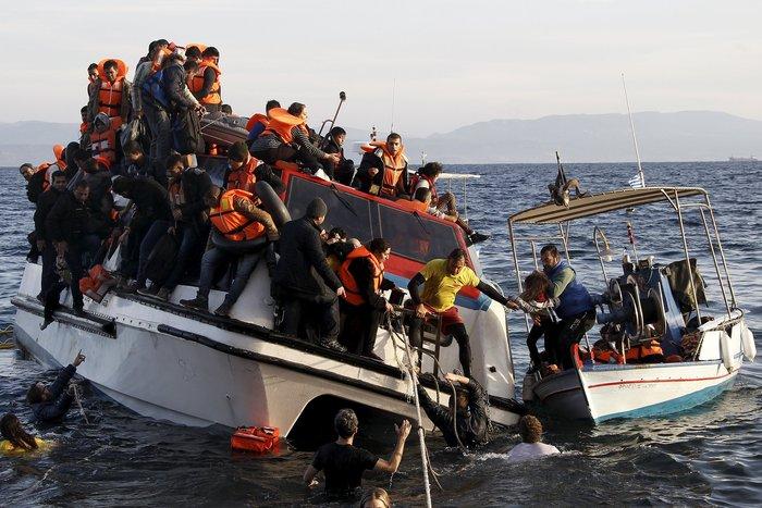 Φορτωμένοι πρόσφυγες σε ένα καταμαράν που βουλιάζει