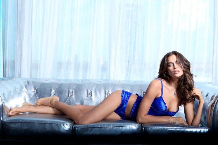 Η Ιρίνα Σάικ, στο κρεβάτι, μόνο με τα... απαραίτητα - εικόνα 7