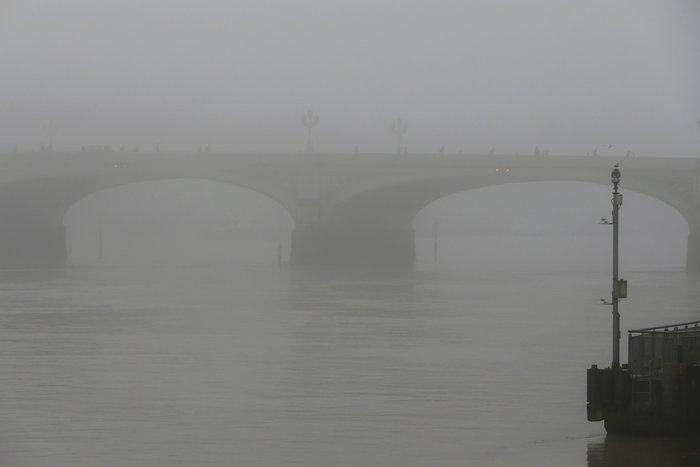 Το Λονδίνο καλύφθηκε από πυκνή ομίχλη - «Εξαφανίστηκε» η πόλη! - εικόνα 6