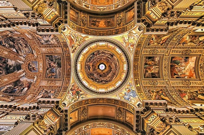 Στην καλειδοσκοπική ομορφιά των εκκλησιών της Ρώμης