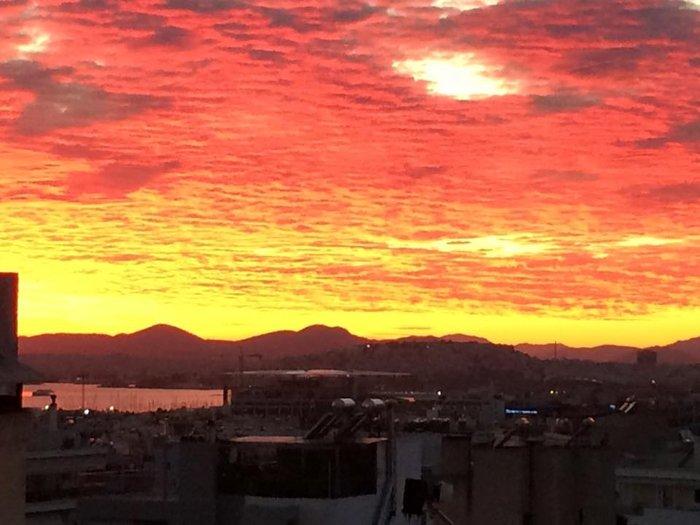 Οταν ένας ουρανός - πίνακας ζωγραφικής σκέπασε την Αθήνα [Εικόνες] - εικόνα 2