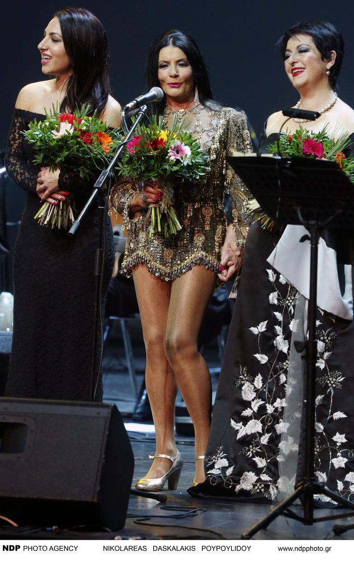 Δείτε τη Ζωζώ Σαπουντζάκη με... στενό μίνι φόρεμα στα 83 της!