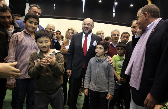 Οι selfies με τον Σουλτς αλλά και η κραυγή αγωνίας των προσφύγων