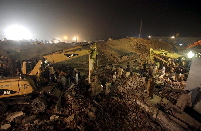 Δεκάδες νεκροί από κατάρρευση εργοστασίου στο Πακιστάν - εικόνα 3