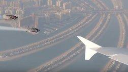 Κασκαντέρ τολμούν και «πετούν» δίπλα από σεροσκάφος της Emirates [Βίντεο]