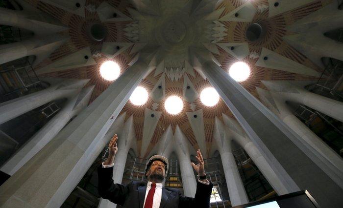 Ο επικεφαλής αρχιτέκτονας Jordi Fauli παρουσιάζει την πρόοδο των εργασιών της Σαγράδα Φαμίλια - Reuters