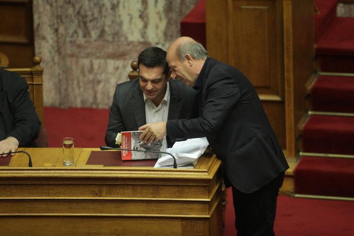 Ο Τσίπρας διάβαζε για τον Άρη Βελουχιώτη στη Βουλή