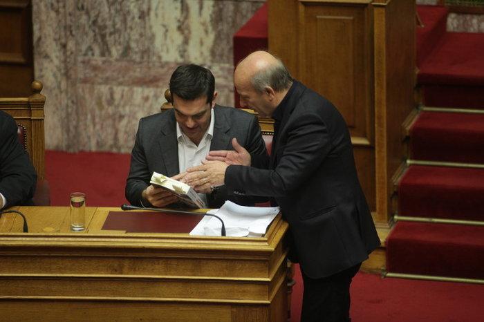 Ο Τσίπρας διάβαζε για τον Άρη Βελουχιώτη στη Βουλή - εικόνα 2
