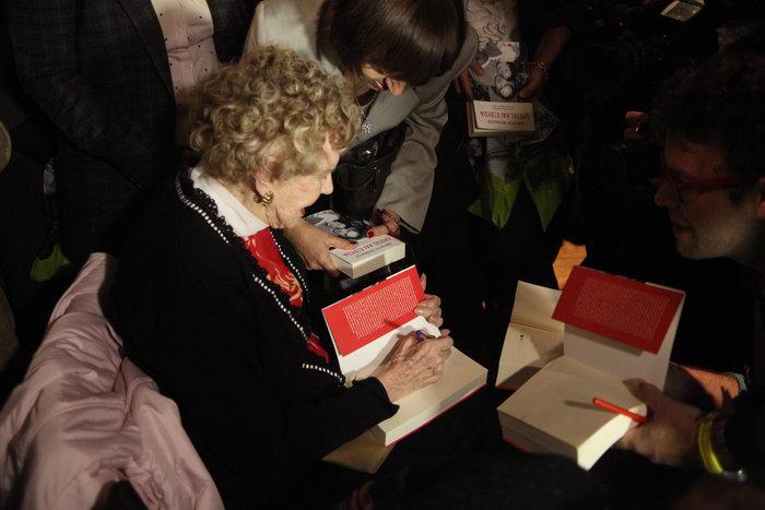 Η συγγραφέας υπογράφοντας βιβλία της
