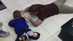 Ένας κομμωτής προσεγγίζει με ανεπανάληπτο τρόπο παιδί με αυτισμό